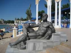 Скульптура «Отдыхающий Геракл», пляж в Евпатории